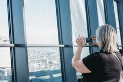 支持窗口的妇女在天空庭院,最高的公园里在伦敦,英国 库存照片