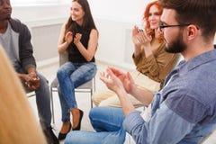 支持组,疗期会议  库存图片