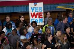 支持者人群拿着说的竞选标志  免版税库存照片