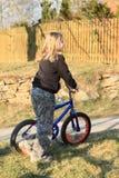 支持自行车的女孩 库存图片