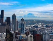 支持西雅图地平线的瑞尼尔山 免版税库存图片