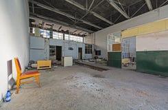 支持设施在一个被放弃的机场 免版税库存图片