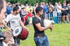 支持运动员的农村音乐家在Nestenar比赛在保加利亚 库存图片