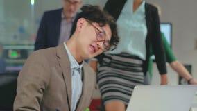 支持雇员的同事 年轻经理欣喜 股票视频