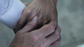 支持,新婚快乐、永恒爱和信任的家庭夫妇 股票录像