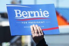支持总统候选人伯尼・桑德斯的一个标志在科尼岛的伯尼・桑德斯集会期间 库存照片