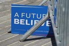 支持总统候选人伯尼・桑德斯的一个标志在科尼岛的伯尼・桑德斯集会期间 库存图片