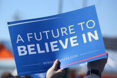 支持总统候选人伯尼・桑德斯的一个标志在科尼岛的伯尼・桑德斯集会期间 免版税图库摄影
