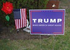 支持总统候选人唐纳德・川普的草坪标志 库存图片
