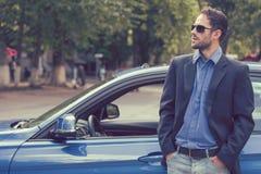 支持他新的汽车的成功的英俊的人享受夏日 库存图片