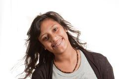 支撑女孩题头微笑的被掀动的年轻人 免版税库存图片