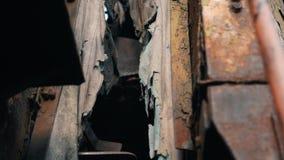 支架之间的被毁坏的连接在老被放弃的蒸汽火车 股票录像