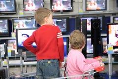 支架儿童查找采购电视 免版税图库摄影