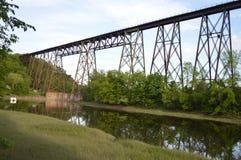 支架在加拿大,在河2的铁桥梁 免版税图库摄影