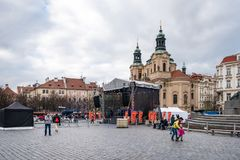 支架捷克被画的马老布拉格共和国正方形城镇 库存照片