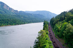 支架训练沿风景狂放的峡谷哥伦比亚河的铁路 免版税库存照片