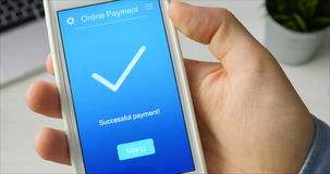 支付从一家杂货店的票据使用在智能手机的流动应用 股票录像