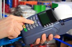 支付与信用卡在一家电子商店,财务概念 免版税库存照片