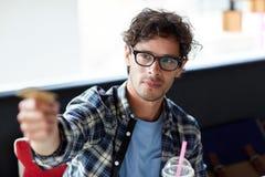 支付与信用卡的愉快的人在咖啡馆 免版税图库摄影