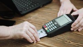 支付与信用卡的顾客 股票视频