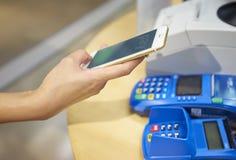 支付与手机 免版税库存照片