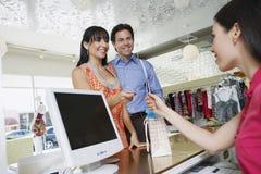 支付商品的夫妇 免版税库存图片