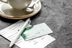 支付由信用卡的餐馆票据在黑暗的桌背景的咖啡 库存照片
