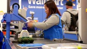 支付食物的人的行动在结算台 股票录像