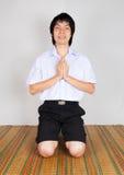 支付高中亚裔泰国学生敬礼  库存图片