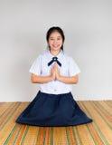 支付高中亚裔泰国学生敬礼  免版税库存照片