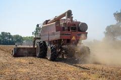 收割机切口烘干了,在家庭农场的成熟的大豆 库存照片