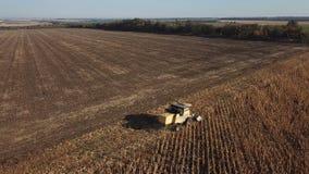 收割机取消在领域的玉米 股票录像