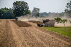 收割机在家庭农场的工作 库存照片