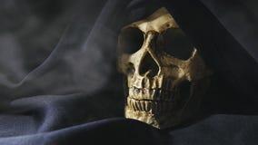 收割机特写镜头英尺长度的头骨有烟的在障碍物的4K UHD 股票视频