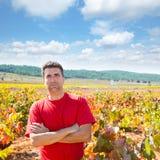 收割机酿酒商农夫感到骄傲为他的葡萄园 库存图片