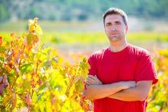 收割机酿酒商农夫感到骄傲为他的葡萄园 免版税图库摄影