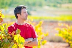 收割机酿酒商农夫感到骄傲为他的葡萄园 图库摄影