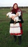 收留鹅的村庄女孩 免版税库存照片