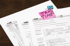 收税在一个明亮的贴纸便条纸夹子写的时刻的税 免版税库存图片