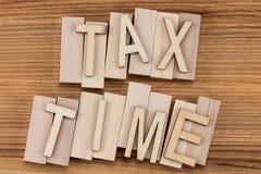 收税在葡萄酒信件的定期的文本在木块 免版税库存图片