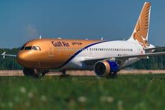 收税在围裙的空中客车A320海湾航空公司航空公司 免版税库存照片
