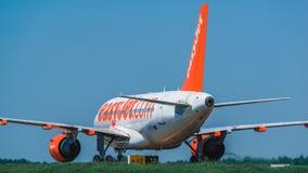 收税在围裙的空中客车A320 Easyjet航空公司 免版税库存图片