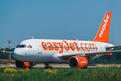 收税在围裙的空中客车A320 Easyjet航空公司 库存图片