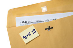 收税天提示在信封的4月18日 图库摄影