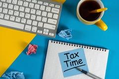 收税定期的accauntant或商人工作场所与需要的通知归档纳税申报,报税表 免版税库存照片