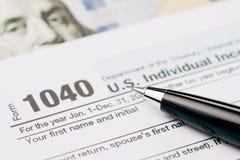 收税时间概念,在笔的选择聚焦在1040美国个体我 免版税库存图片