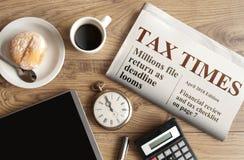 收税时间概念,报纸大标题的嘲笑 免版税库存照片