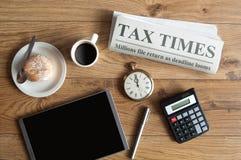 收税时间概念,报纸大标题的嘲笑 库存图片
