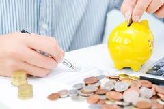 收税演算或新的贷款协议与计算器和硬币 库存照片