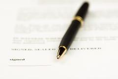 收缩在放置在本文、事务和法律概念的圆珠笔的技巧的签署的焦点 库存照片